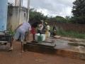 Residentes de Cascavel buscando agua en la cisterna publica 1