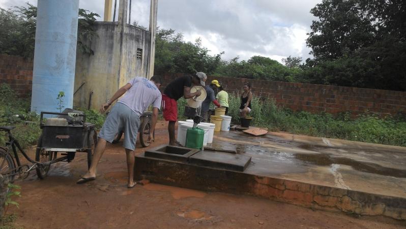 Moradores de Cascavél buscando água na cisterna pública 1