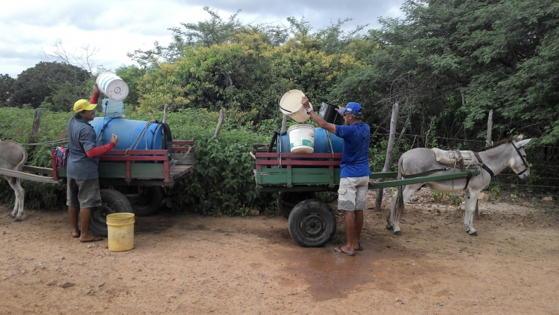 Moradores de Cascavél buscando água na cisterna pública 3