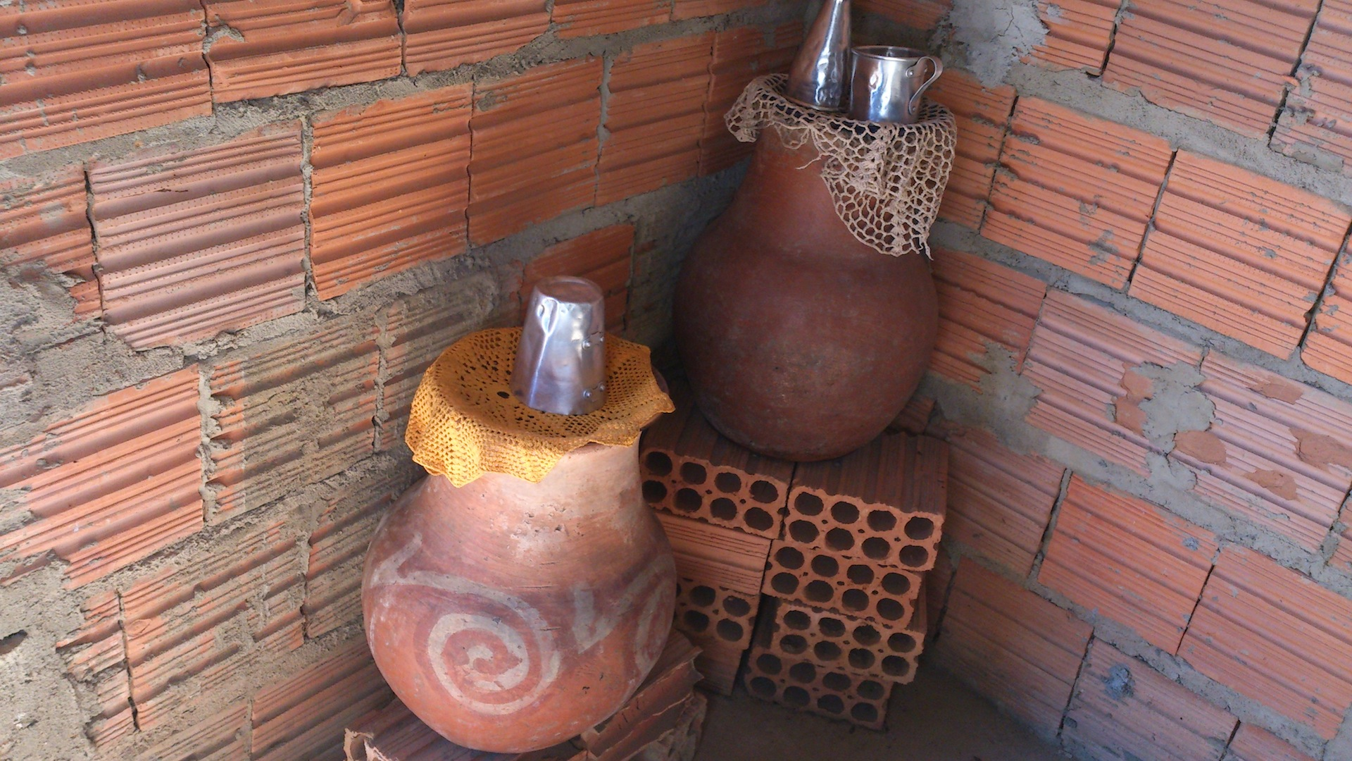 Clay pots for water storage, Lagedo community, São Francisco, MG